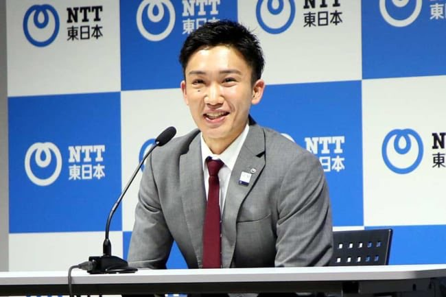 Kento Momota at a press conference