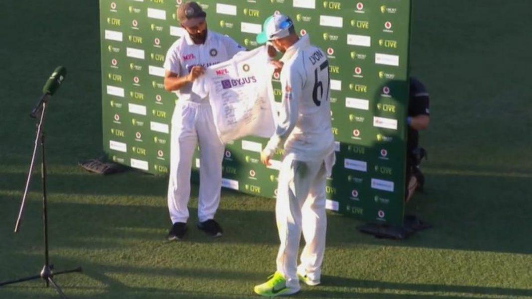 Ajinkya Rahane presemts Nathan Lyon with a signed jersey