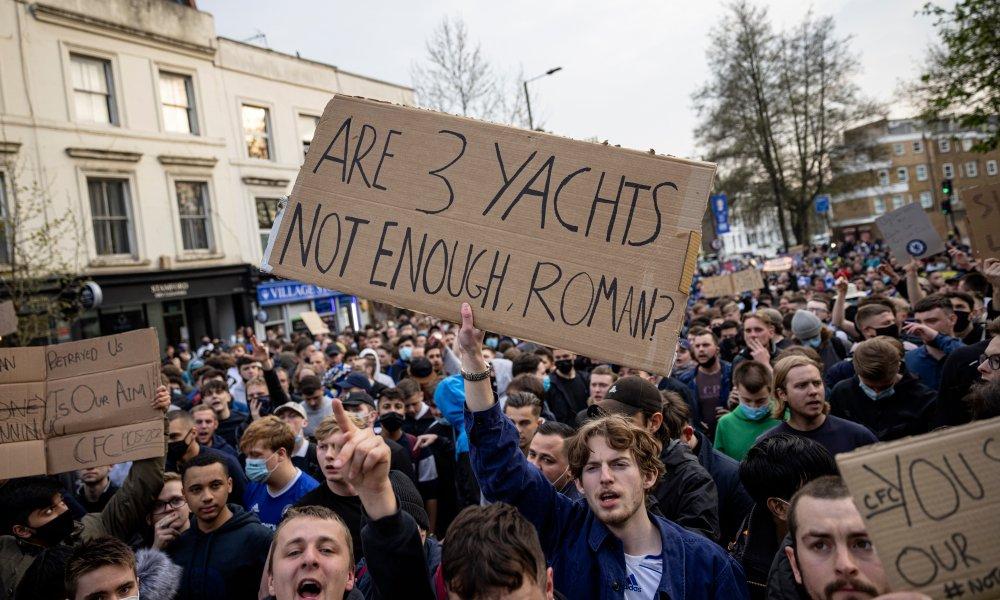 Chelsea FC fans protest against the European Super League