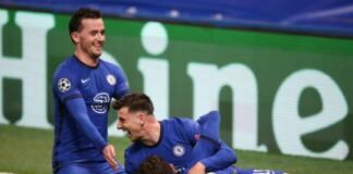 Chelsea players surrounding Mason Mount