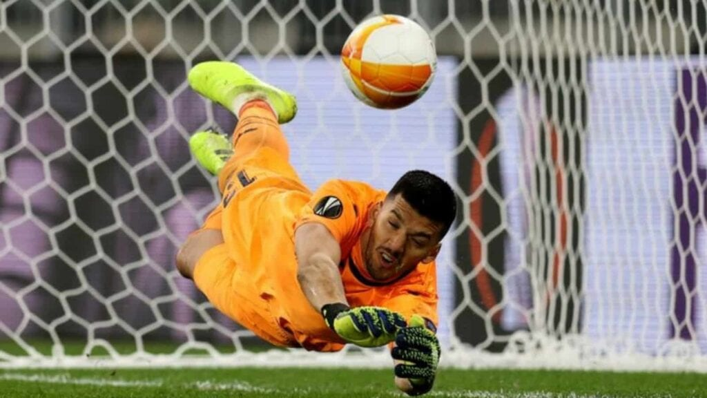 Rulli saves De Gea's penalty