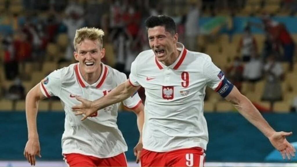 Lewandowski celebrates after equalising vs Spain
