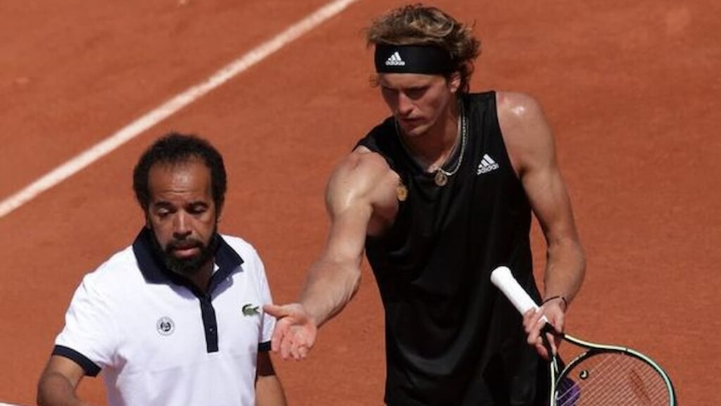 Alexander Zverev argues with the umpire