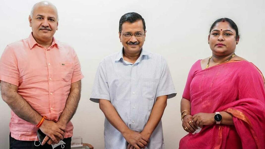 Delhi CM Arvind Kejriwal and Deputy CM Manish Sisodia with Karnam Malleswari, the first Vice Chancellor of Delhi Sports University