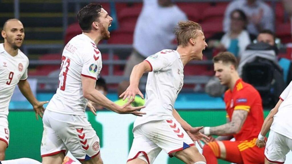 Dolberg celebrates his second goal