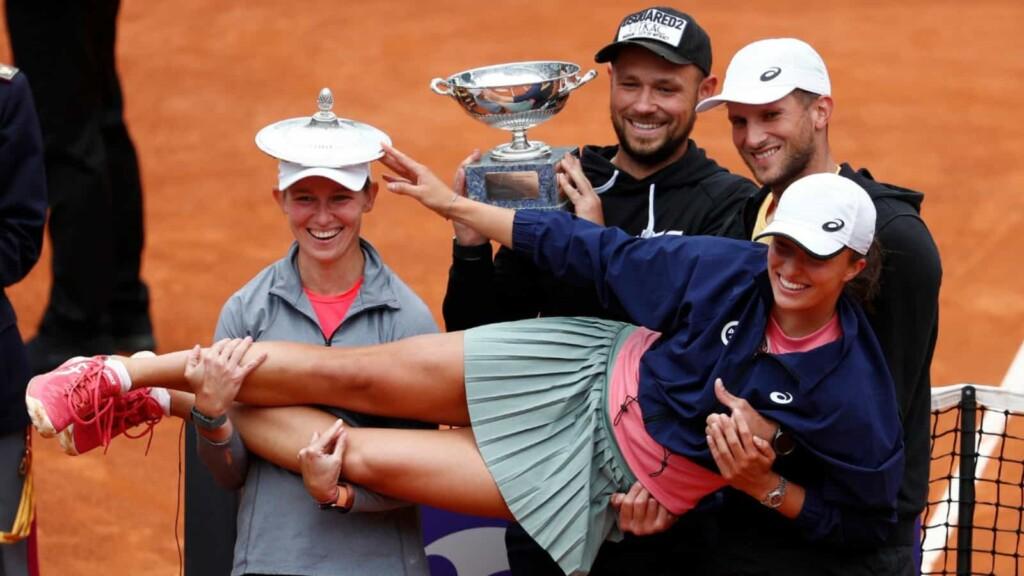 Iga Swiatek with her team