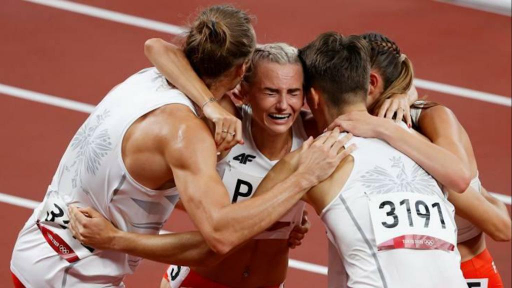 4x400m mixed relay: Poland celebrate
