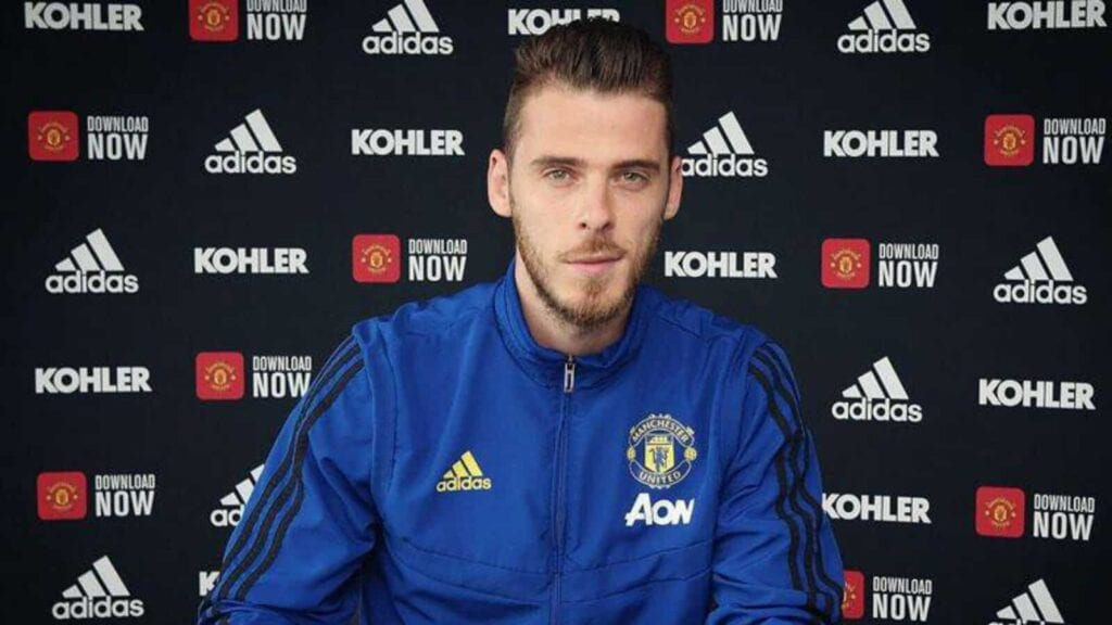 De Gea signing his mammoth contract at United
