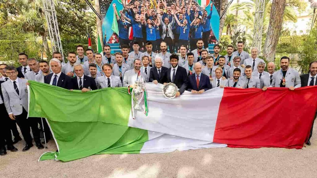 Matteo Berrettini with the victorious Italian football team