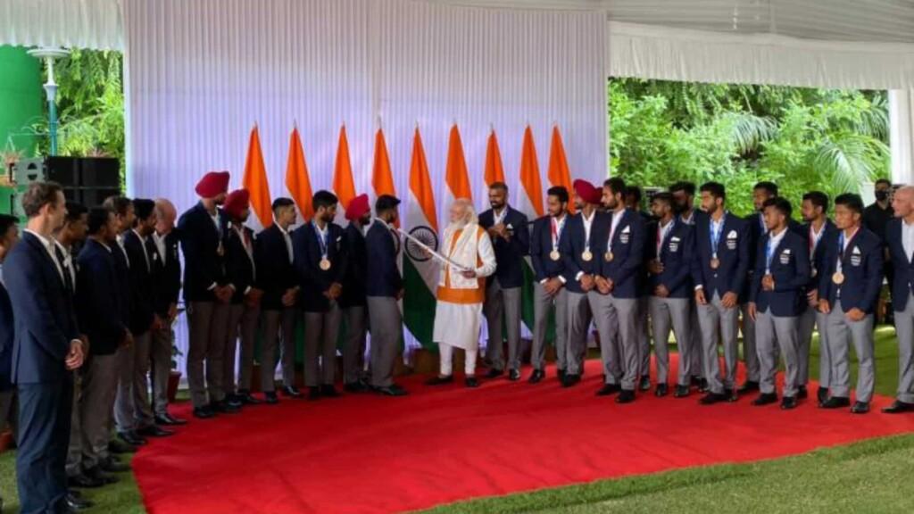 PM Modi with Indian men's hockey team